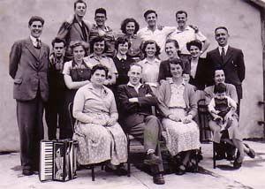 Eglise Dunkerque 1954 - 1er groupe, avec au centre, les Bernard