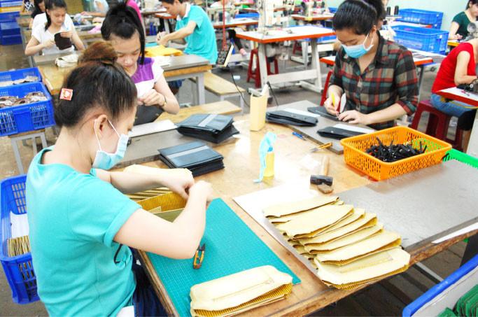 当社のベトナム人財布製造職人は、若くて吸収が早く、向上心旺盛で本当によく働きます。みんな伸びしろが大きな息子・娘のような存在、国境を越えた家族です。