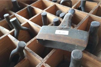 様々な形に革を抜くための抜き型の数々