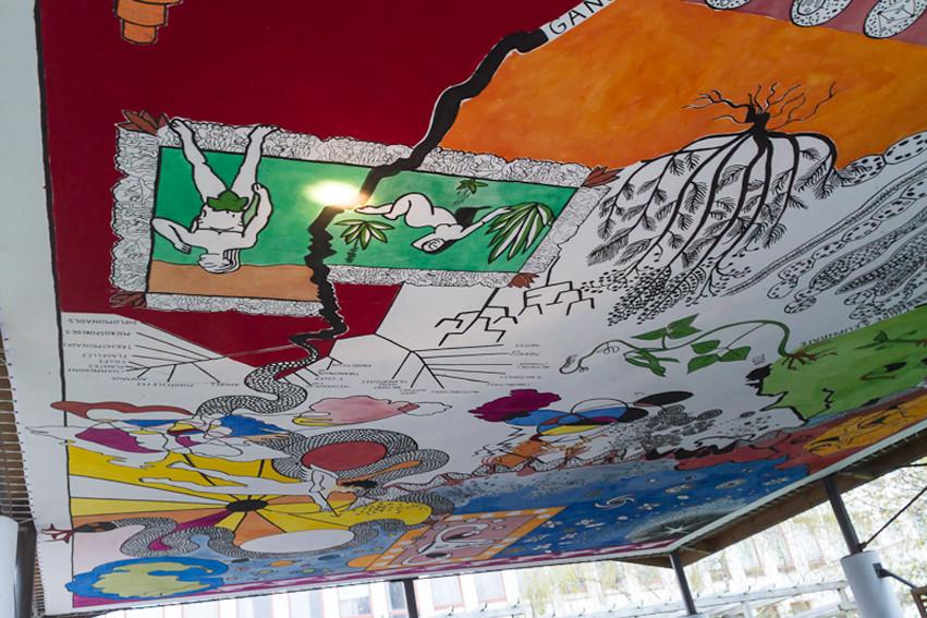 Plafond accroché dans un endroit passant de l'université