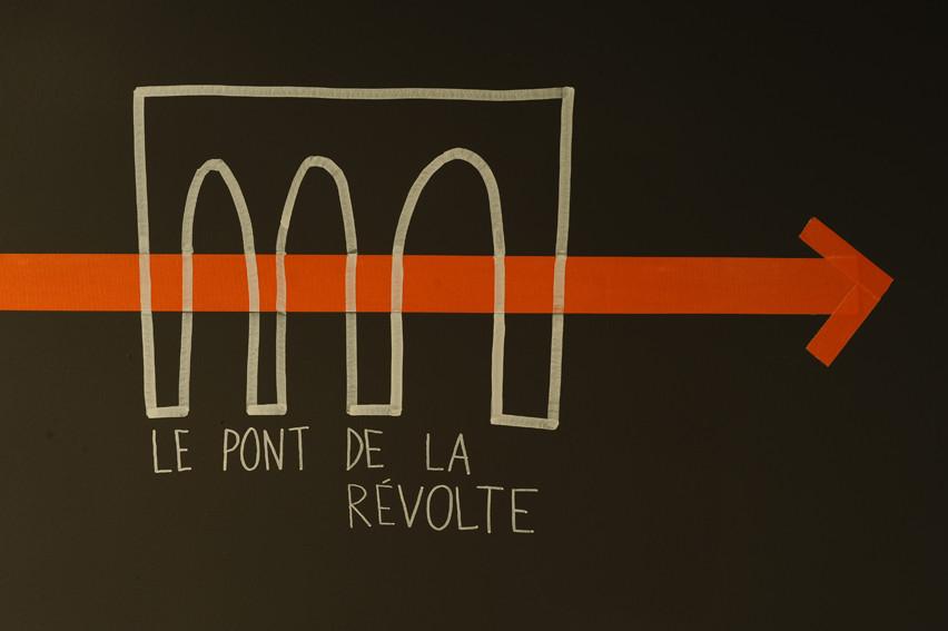 Vues de l'exposition qui accompagne la première projection du film : cartographie au sol et sur les murs