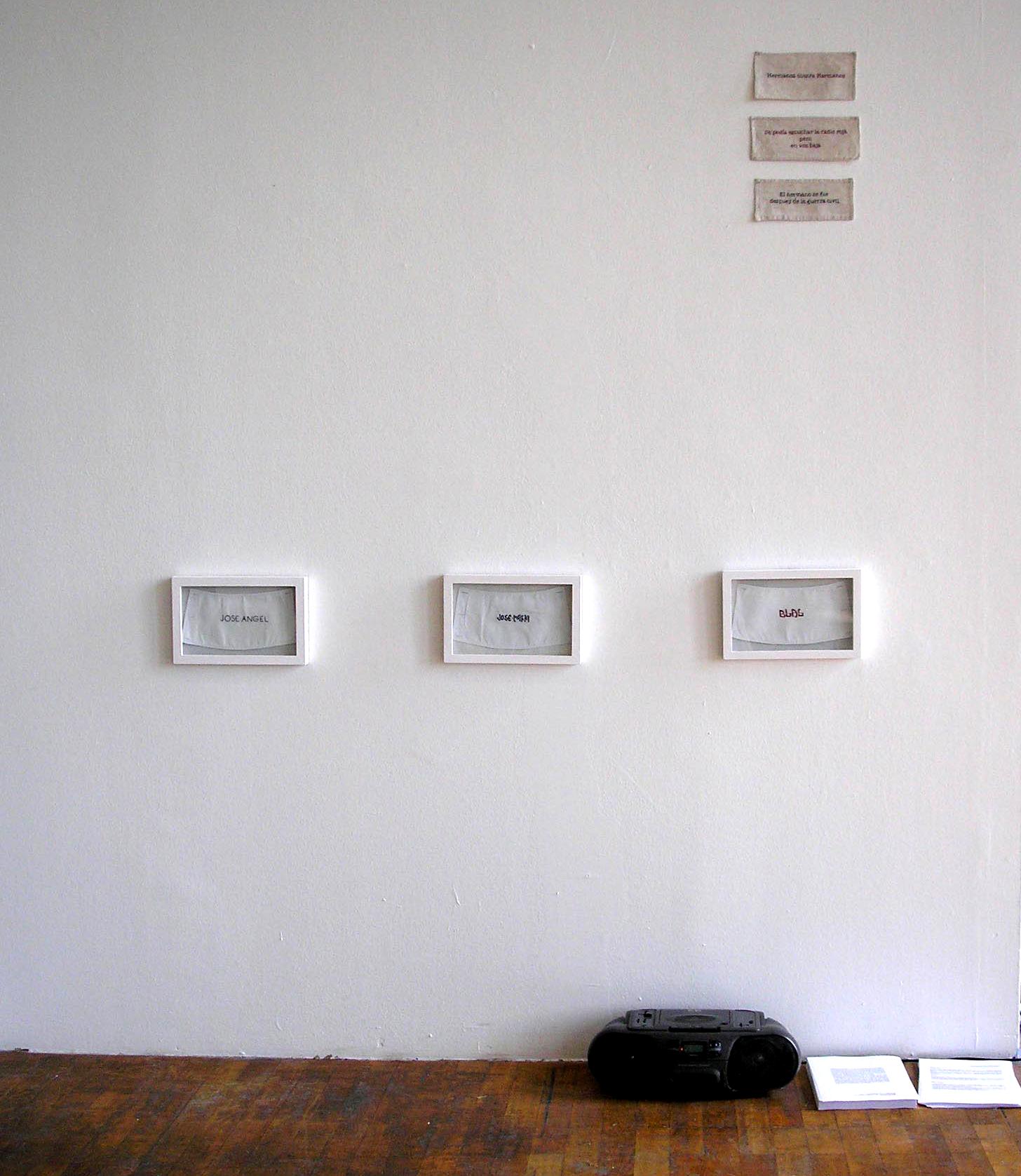 Vue de l'exposition, manchettes de chemise brodée, bande-son avec l'histoire de Blas