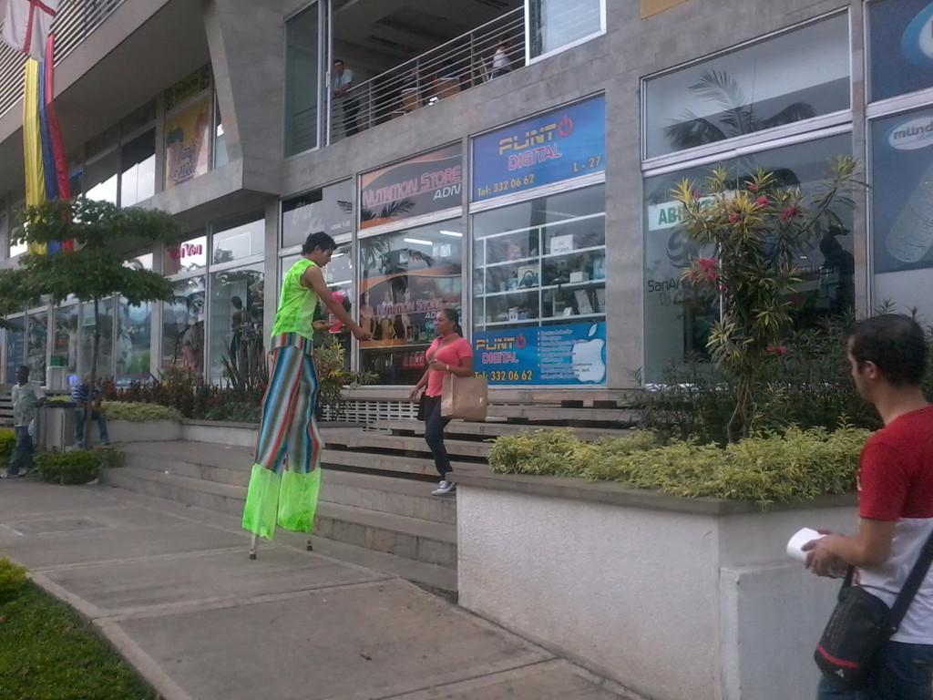 SAN ANDRESITO  SUR   ENTREGA VOLANTES  ZANQUEROS Y MODELO
