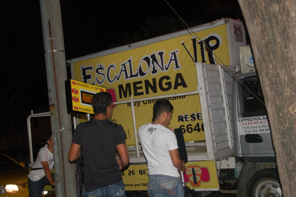 ESCALONA  VIP    CON CARRO  VALLA  Y ENTREGA DE VOLANTES NOCTURNO