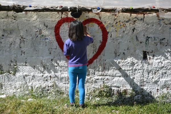 30 Mayo- Pintando las paredes del biohuerto.