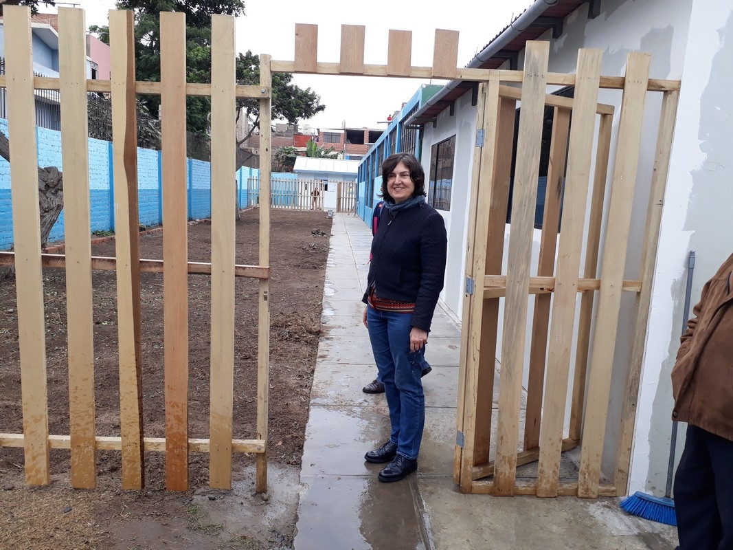 Sophie Directora de Econtinuidad Perú  Ingresando a la Institución Educativa.