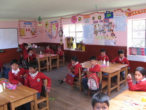 Escolares en su aula de clase decorada con expresiones artísticas inspiradas en el Biohuerto Educativo de Matinga (Cusco - Perú)