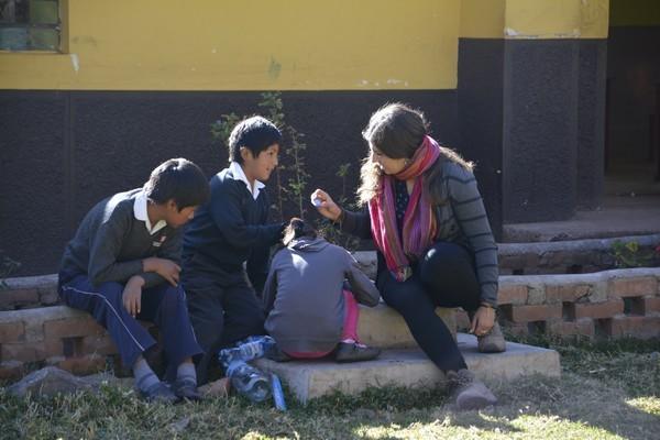 28 Mayo – Elaborando más regaderas ya que todos los niños querían tener sus propias regaderas.