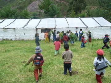 Niños corren en dirección al Biohuerto educativo (Cusco - Perú)