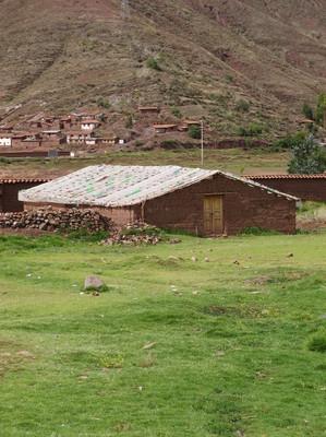Vista desde el exterior del Biohuerto Educativo de la dinámica escuela pública de Oropesa (Cusco - Perú)