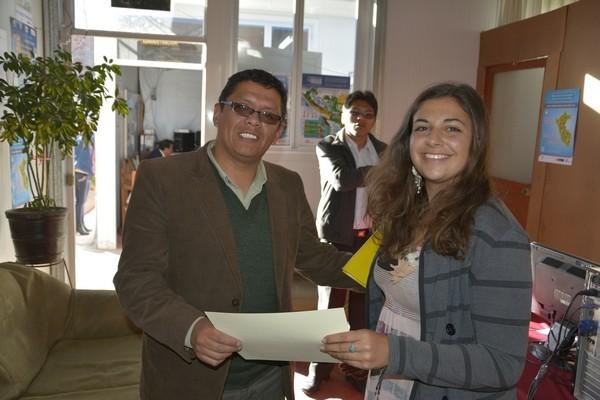 27 Mayo-Alina entregando certificado al prof. Marvín López especialista de la UGEL_CUSCO.