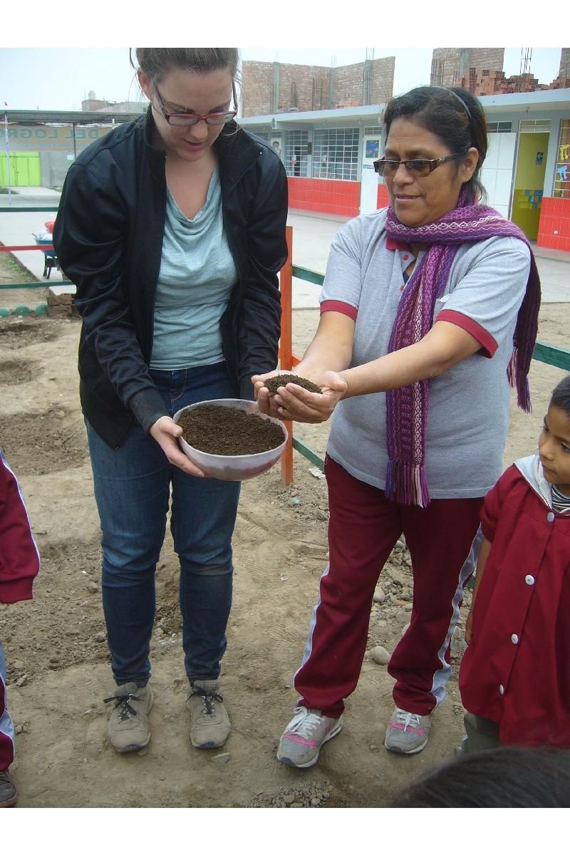 Fabiola y la Prof. Muestran como echar los nutrientes.