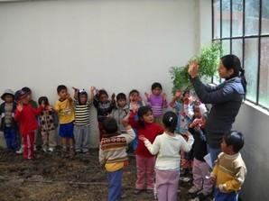 Una vez el invernadero rehabilitado, los niños comenzaron a relacionarse en una forma diferente con la Naturaleza (Tayacaja - Huancavelica - Perú)