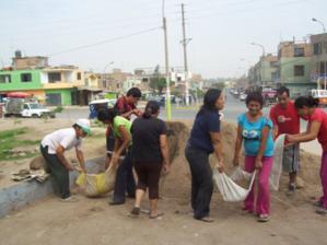 Padres de familia transportan con los medios a su disposición tierra para el jardín de las 12 funciones del Colegio Suecia de Año Nuevo (Lima - Perú)