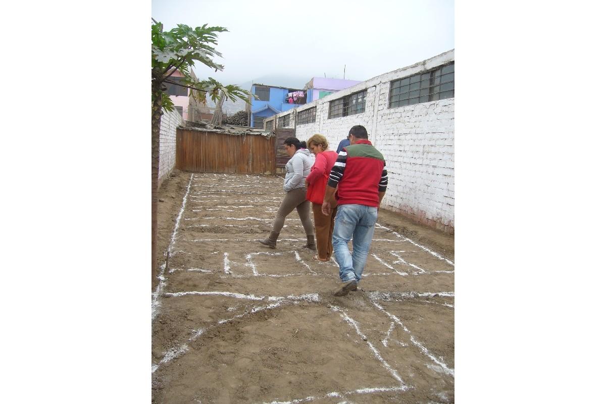 Padres del 4º grado familiarizándose con el área trabajada.