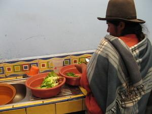 Preparación de una comida con verduras provenientes del Biohuerto Educativo de la escuela de la comunidad de Matinga (Cusco - Perú)