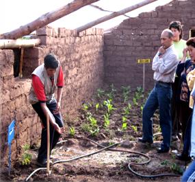 Adrián enseña jardinería biológica a unos profesores (Cusco - Perú)