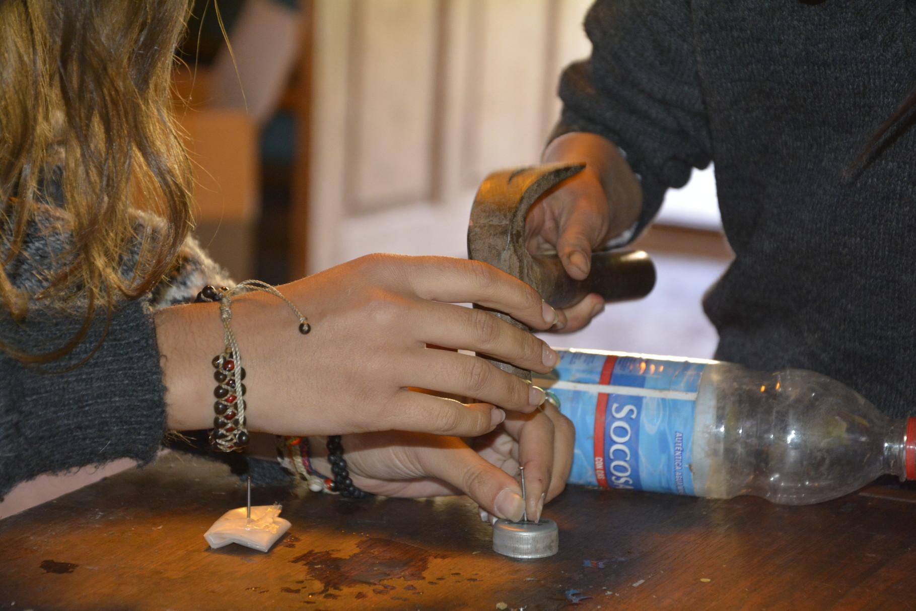 26 Mayo – Elaborando regaderas reciclando botellas.