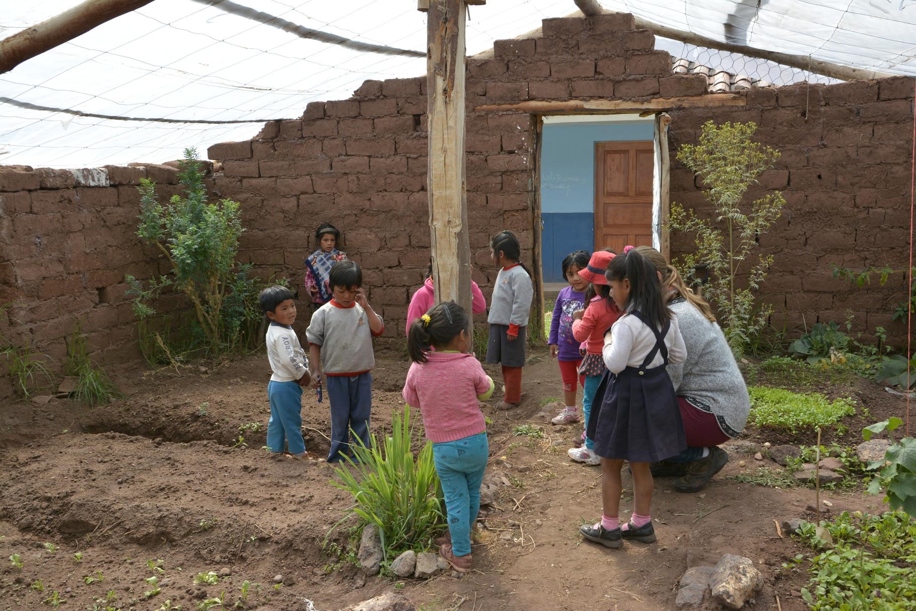 13 Mayo-Trabajando con los mas pequeños en el biohuerto