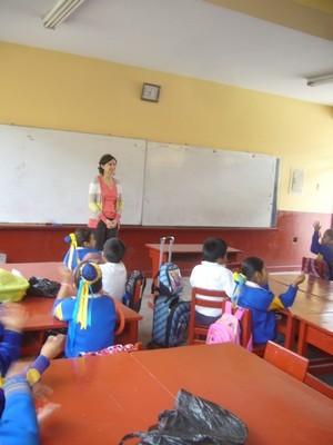 Doña Sophie  Diirectora de Econtinuidad Perú saluda a los niños