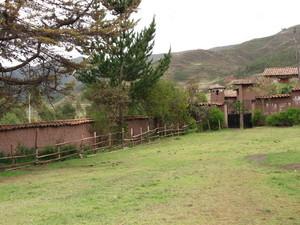 Vista exterior del sector reservado a las plantas aromáticas y medicinales del Biohuerto Educativo de la escuela de Rayanniyoc (Cusco - Perú)