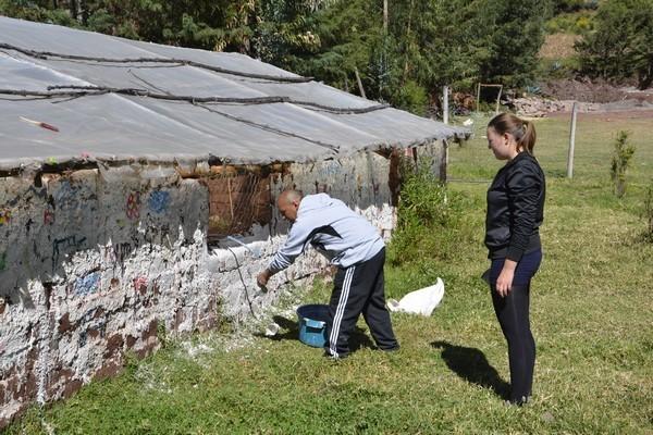 28 Mayo - Se inicio el pintado de las paredes del biohuerto abierto.