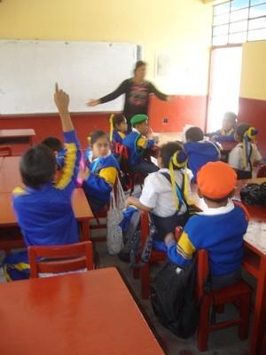 La Profesora Carolina desarrolla con los niños una retrospectiva de lo vivenciado en el biohuerto.