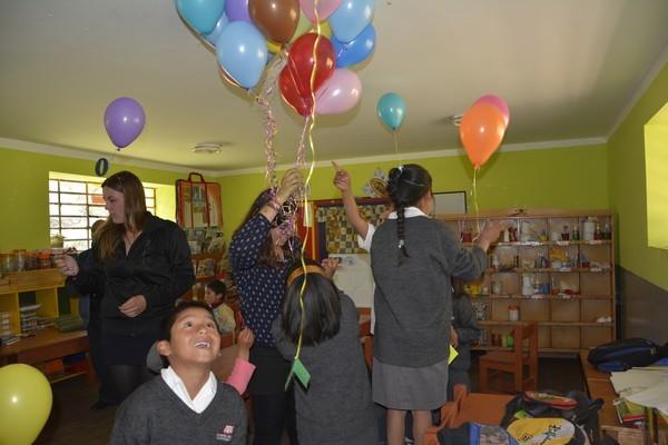 Con mucha alegría cada uno va cogiendo su globo.