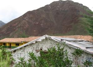 El Biohuerto Educativo de la escuela pública de Vicho se inserta en el bello paisaje de los Andes (Cusco - Perú)