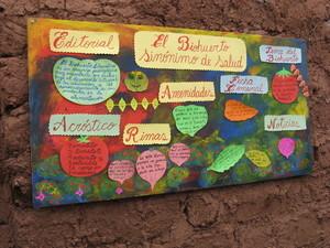 Periódico mural que pone en evidencia artísticamente trabajos de los escolares en relación al Biohuerto Educativo de Rayanniyoc (Cusco - Perú)
