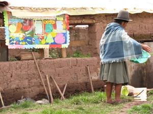 Una madre participa en las actividades del Biohuerto Educativo de Matinga (Cusco - Perú)
