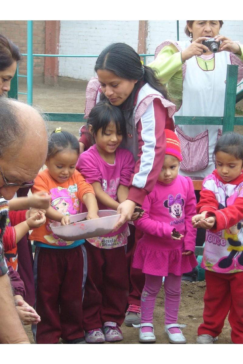Los niños cogen los nutrientes que luego echaran en su bancal.