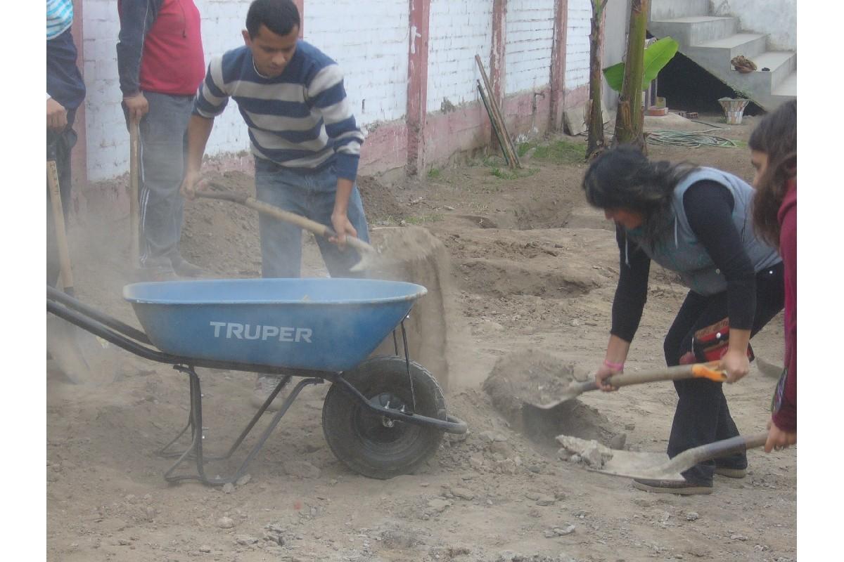 Retirando el exceso de piedras del suelo de las parcelas.