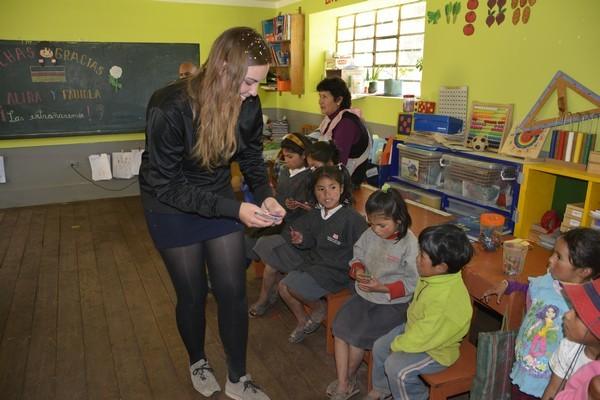 Cada niño recibe una tarjeta para escribir su deseo el cual se guarda.