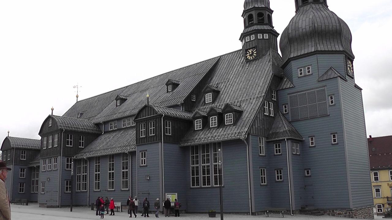 die durch ihre imposante Architektur den Mittelpunkt des Marktplatzes bildet.