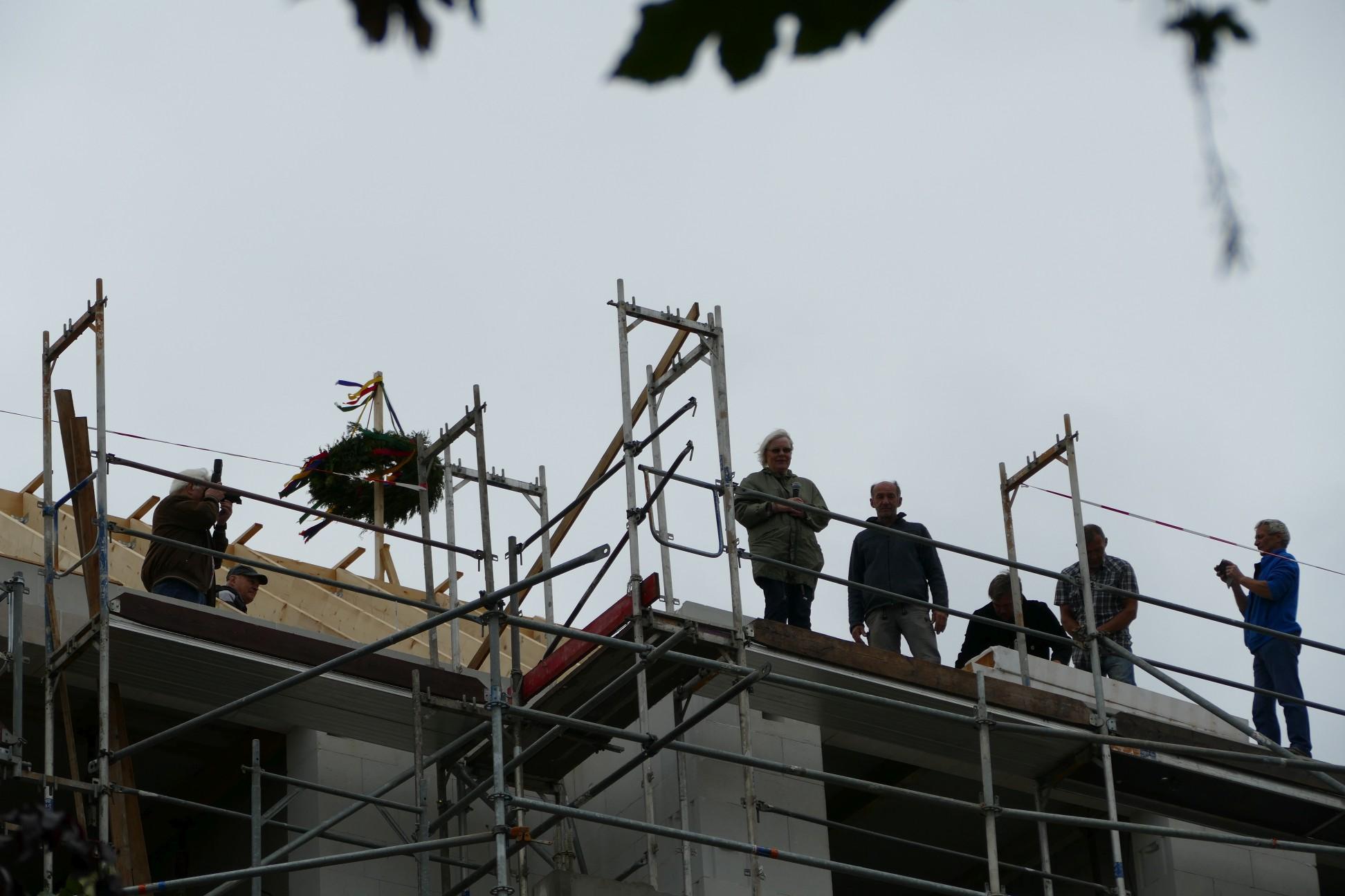 Schwindelfreie Vertreter der Hoffnungskirche, der Wabeq und der Presse hoch oben auf dem windigen Dachgeschoss.