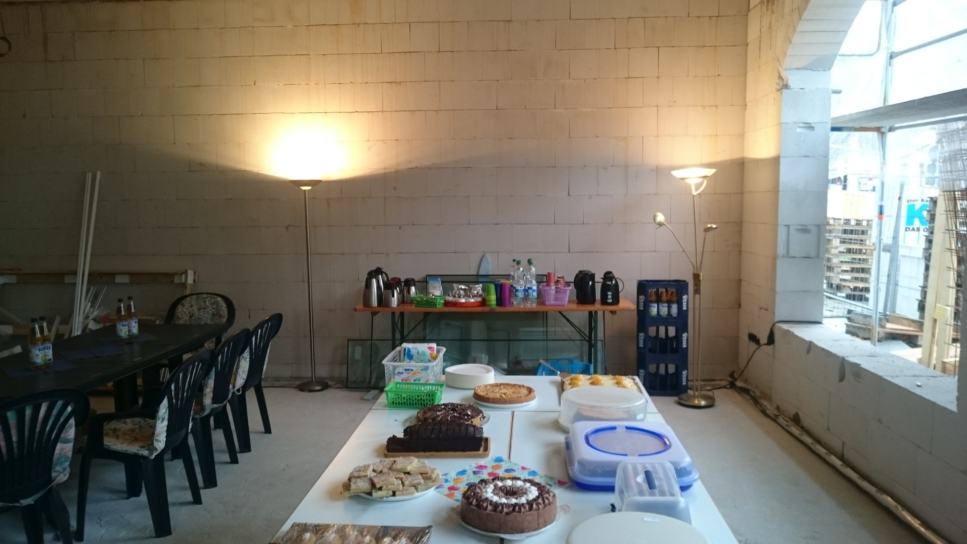 Ein Teil des großes Kuchenbuffets. Wir haben uns Mühe gegeben, die kalten Räume ein wenig wohnlicher zu gestalten
