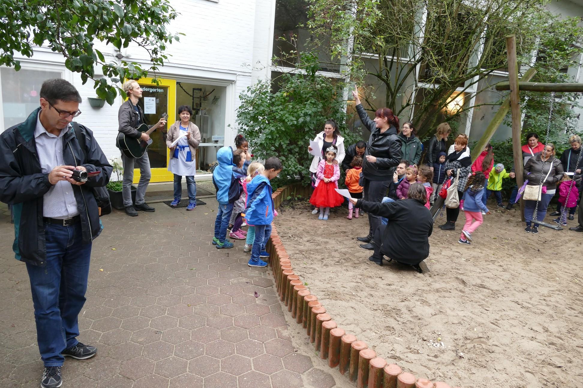 """Einige Kinder des Kindergartens tragen ein tolles LIed zum Richtfest vor: """"Gott baut uns ein Haus""""..."""