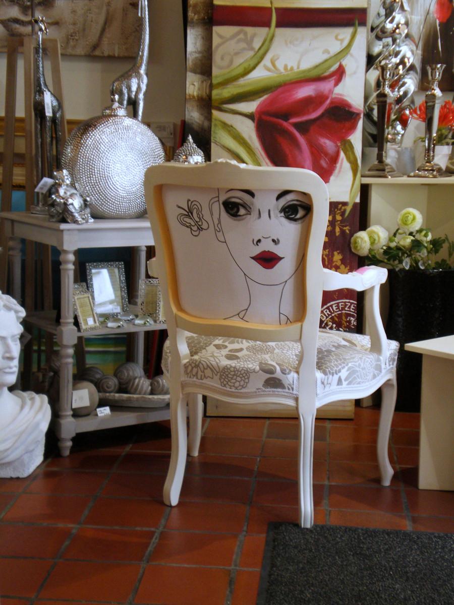 Chaise de style, peinture, tissu, dessin à l'encre au dos.