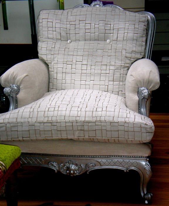 Fauteuil, peinture argentée, tissu, coussin de plumes