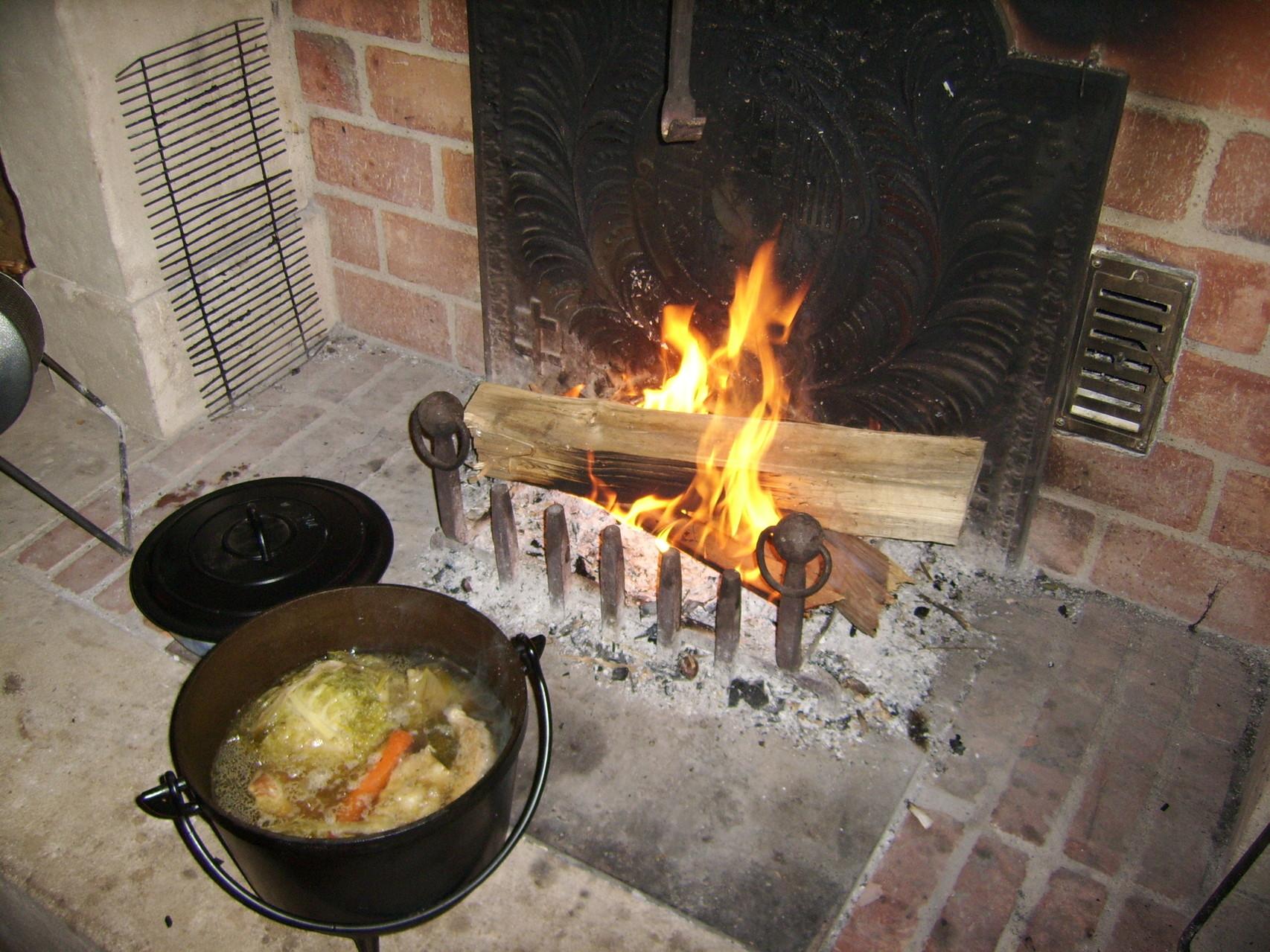 les repas à la table d'hôtes sont pris au coin du feu,ou sur la terrasse suivant la météo