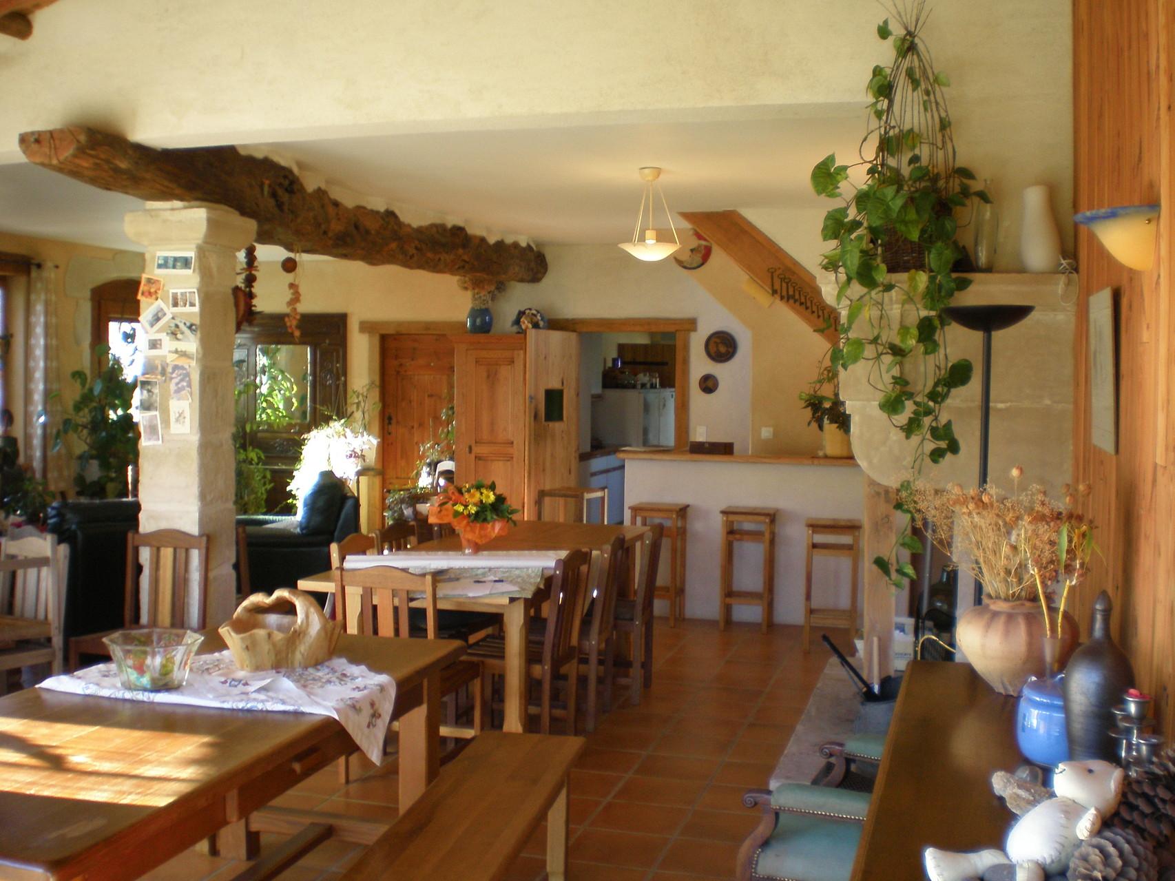 lala  grande salle à manger est un lieu qui vous est destiné,libre d'acces avec son coin bar