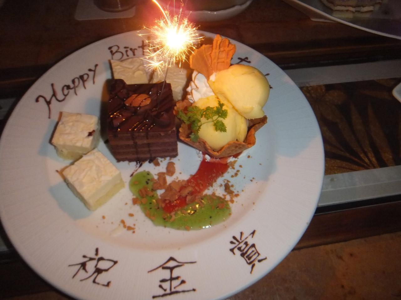 お祝いのケーキ&お誕生日おめでとう!