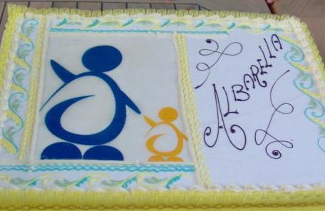 applicazione del logo in modo artigianale su una torta per un evento di presentazione