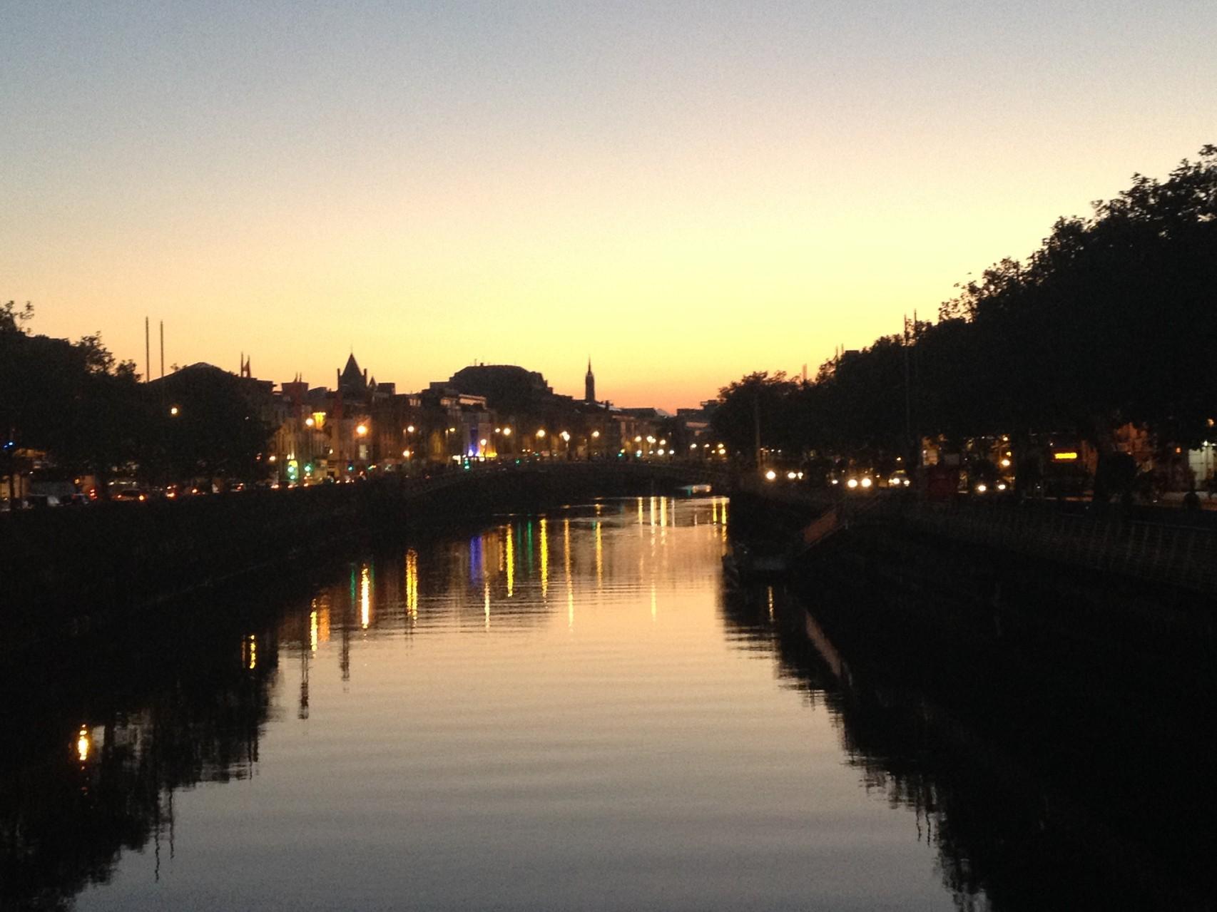 Dublin mit River Liffey am Abend - Blick auf Halfpenny-Bridge