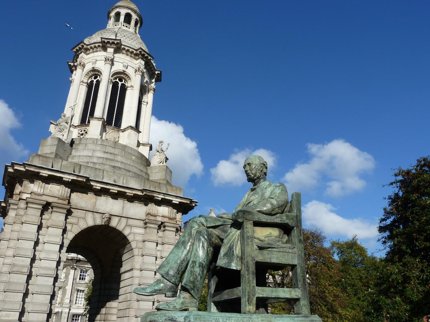 Trinity College, Parliamant Square, Campanile mit Geaorge Salmon Statue