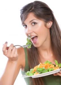 femme mangeant des crudités, bon pour le régime
