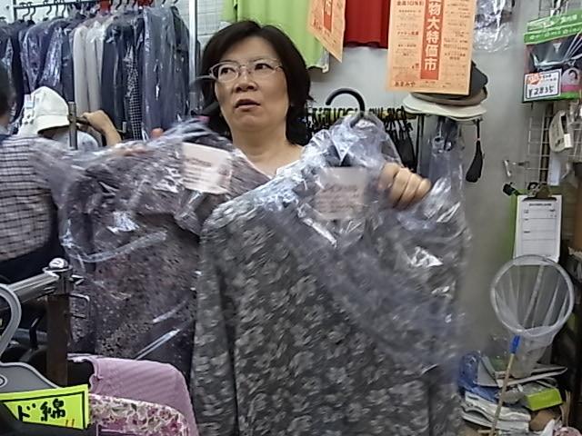 ミセスファッションのあまみや お客さん一人ひとりの体型や着やすさを知っている店主さん。心地よく着ていただくために仕入れは一品一品お客さまの顔を思い浮かべながらされているこだわり。