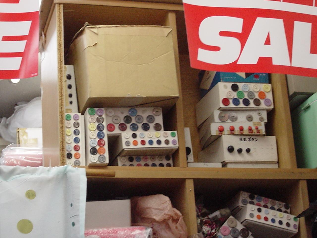 ミセスファッションのあまみや もともとは手芸・毛糸屋さんだったお店。かわいいボタンやアクリル毛糸もあるんです。