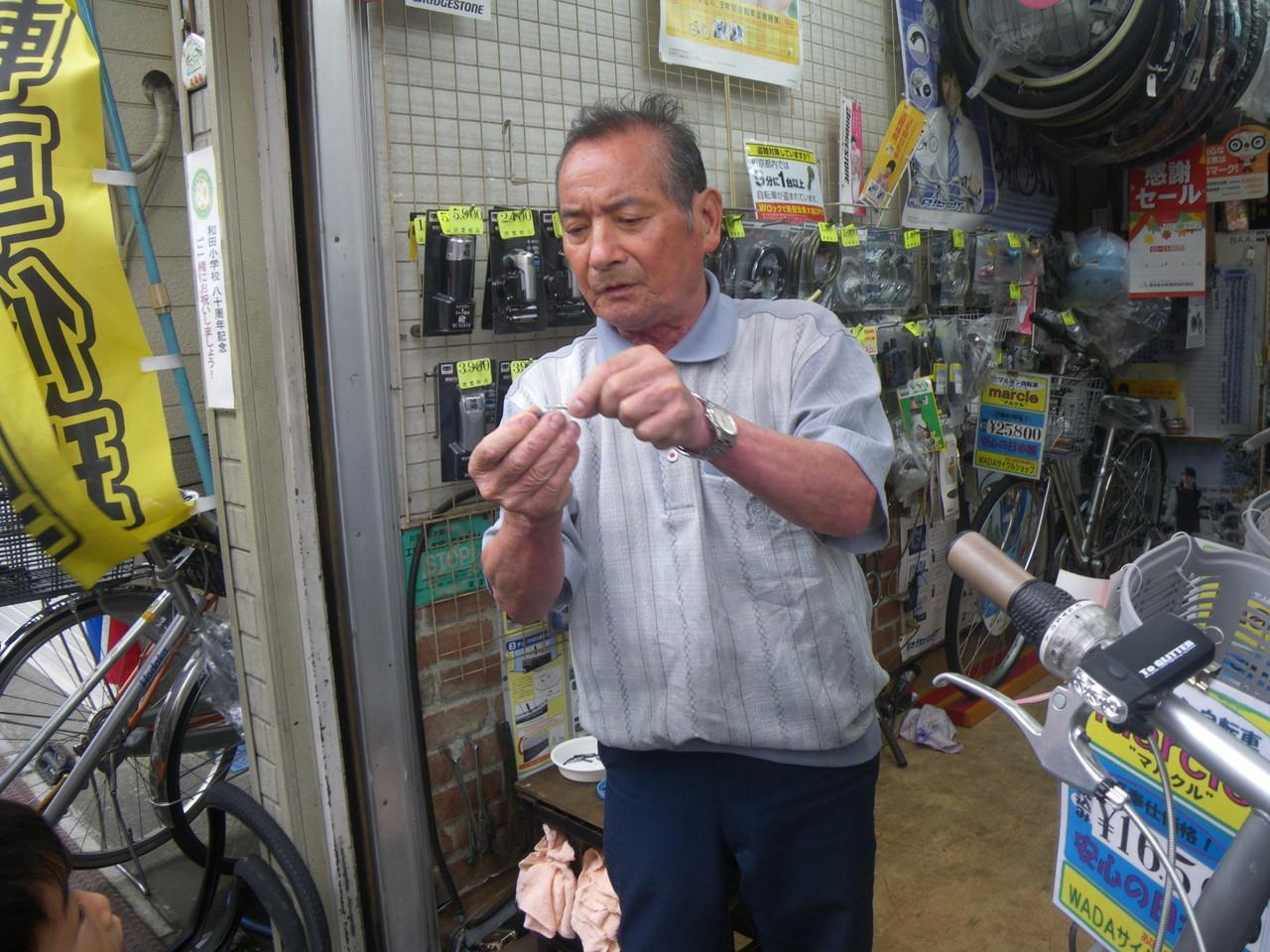 WADAサイクル 「自転車の修理方法だって教えるよ」と丁寧に修理を教えてくださる店主さん。とてもまじめで一生懸命な姿勢が信頼できる!